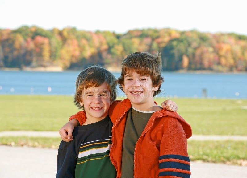 Jungen in dem See lizenzfreie stockbilder