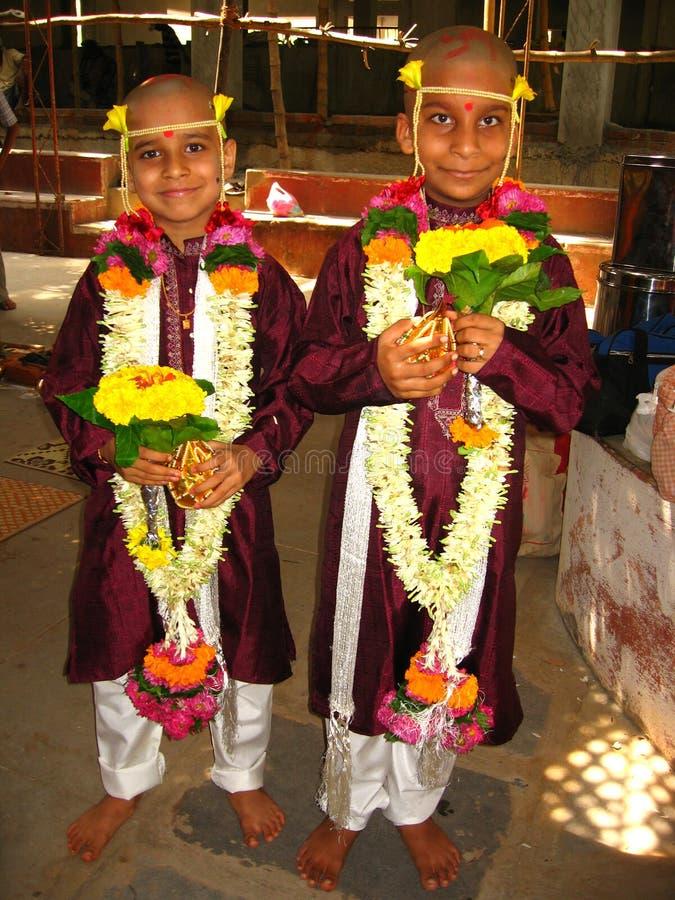 Jungen an der heiligen Gewindezeremonie stockfotos