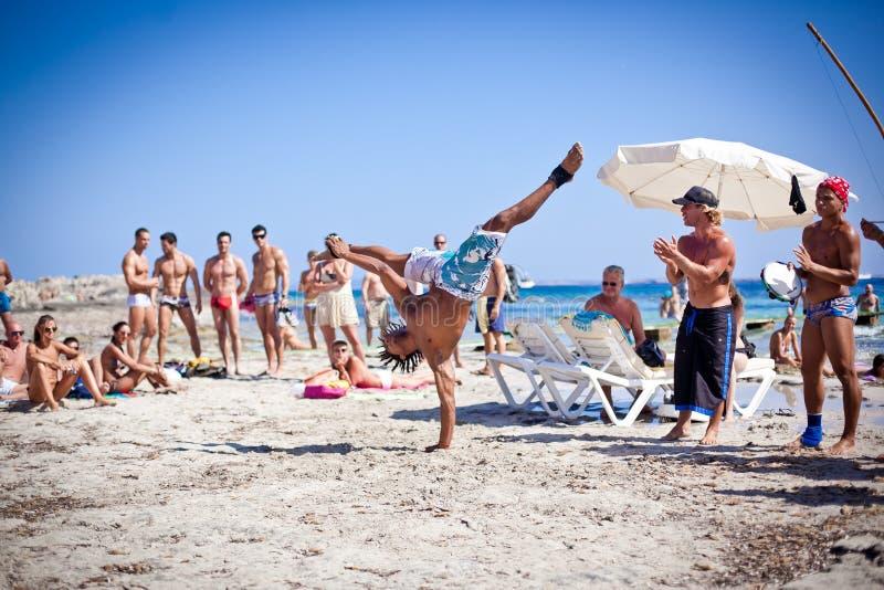 Jungen, die Capoeira auf Ibiza B üben stockfoto