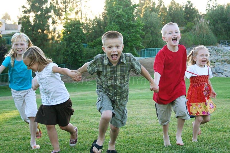 Jungen, die draußen laufen lizenzfreies stockfoto
