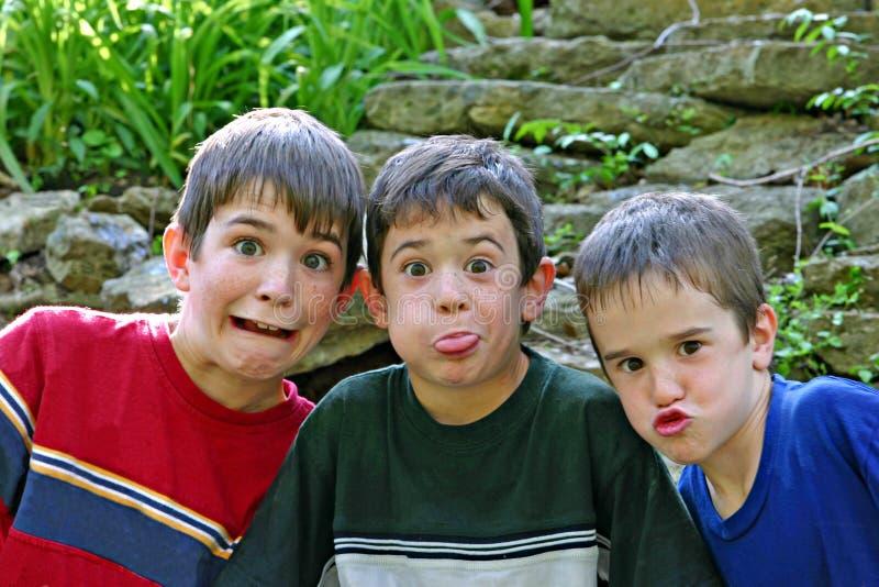 Jungen, die Gesichter bilden stockfoto