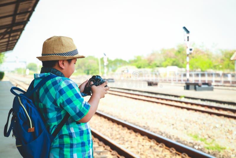 Jungen, die mit dem Zug reisen lizenzfreie stockfotografie