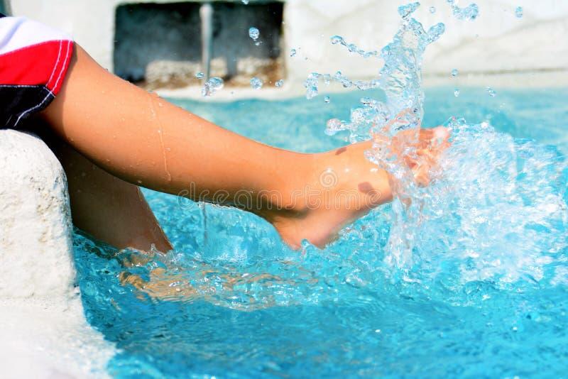 Jungen, Die Am Pool Spielen Stockbild