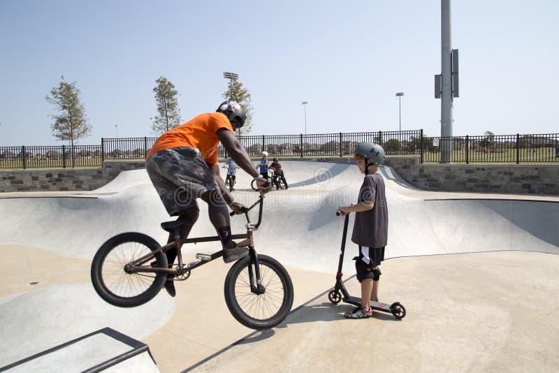 Jungen, die am Rochen-Park Frisco Texas spielen lizenzfreies stockfoto