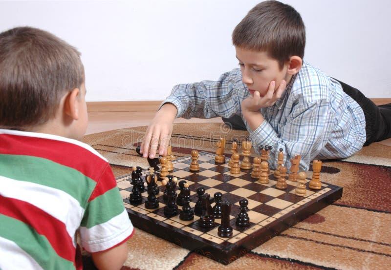 Jungen, die Schach spielen lizenzfreies stockfoto