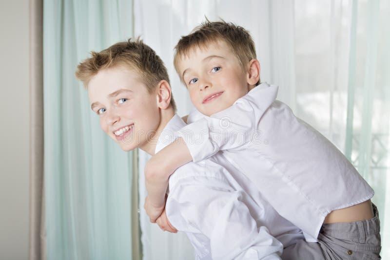Jungen, die zu Hause spielen und umfassen lizenzfreie stockbilder