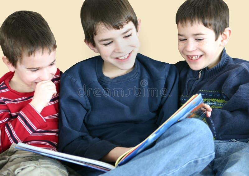 Jungen, Die Zusammen Lesen Stockfotografie