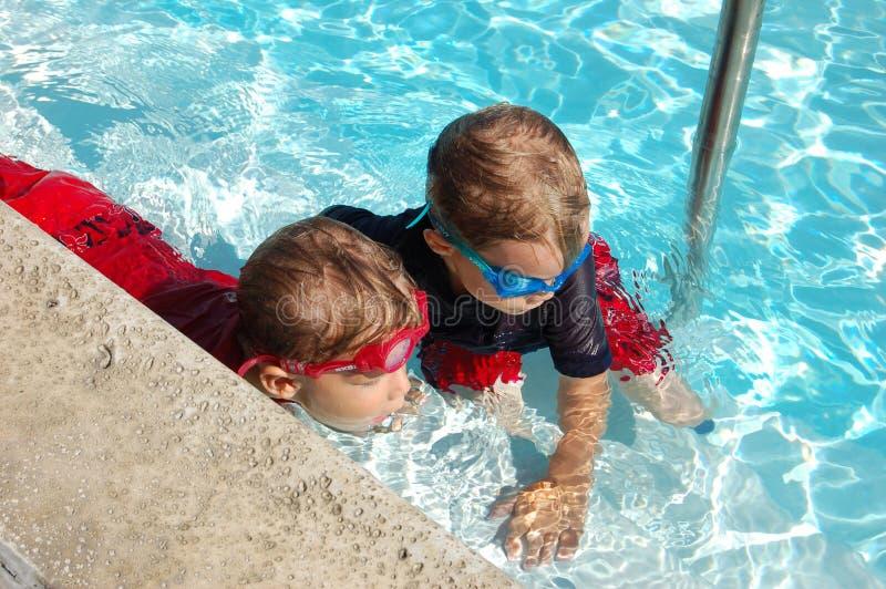 Jungen in einem Pool lizenzfreie stockfotografie