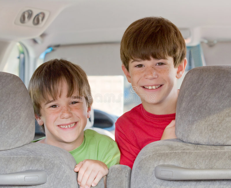 Jungen in einem Van lizenzfreie stockfotografie