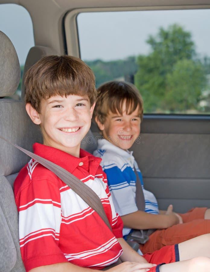 Jungen in einem Van lizenzfreie stockfotos