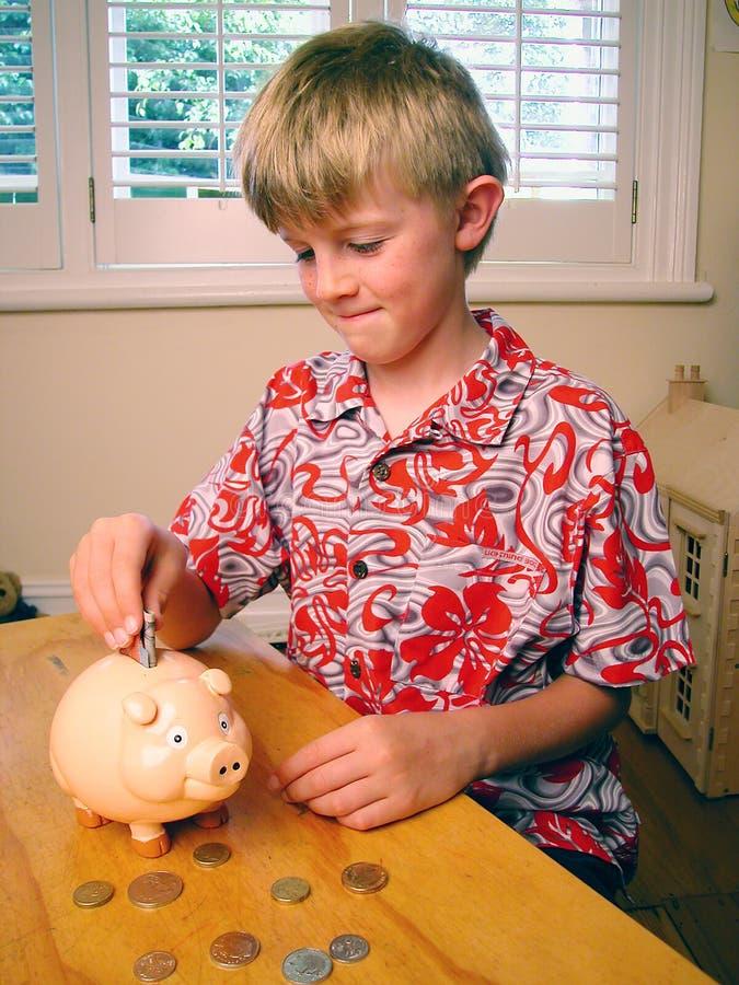 Jungen-Einsparung-Geld Piggybank stockfotos