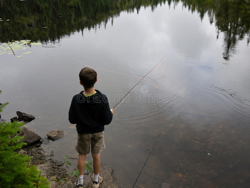 Jungen-Fischen lizenzfreies stockbild