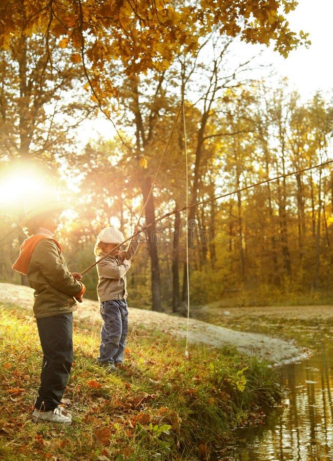 Jungen gehen, auf dem Fluss zu fischen lizenzfreies stockbild