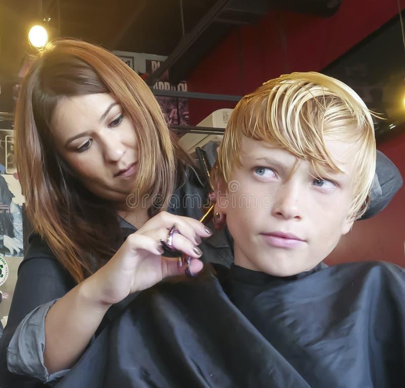 Jungen-Haarschnitt lizenzfreies stockbild