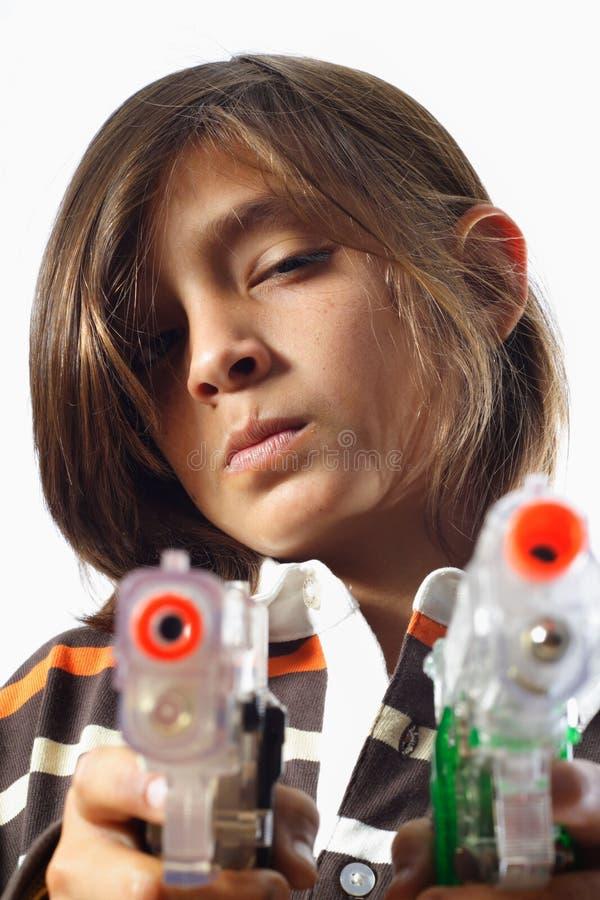 Jungen-Holding-Gewehren lizenzfreie stockfotos