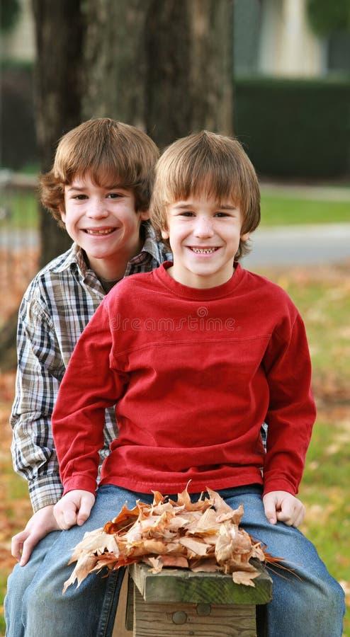 Jungen im Fall stockfoto