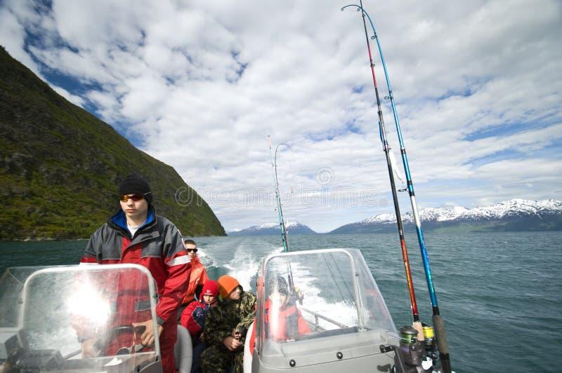 Jungen im Motorboot stockfotografie