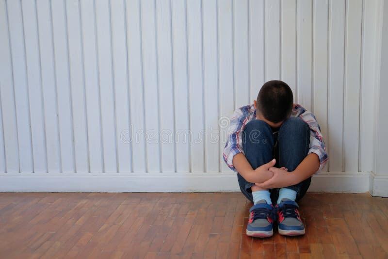 Jungen-Kinderkinder des deprimierten Umkippens traurige asiatische Kinder, dieauf floo sitzen stockbilder