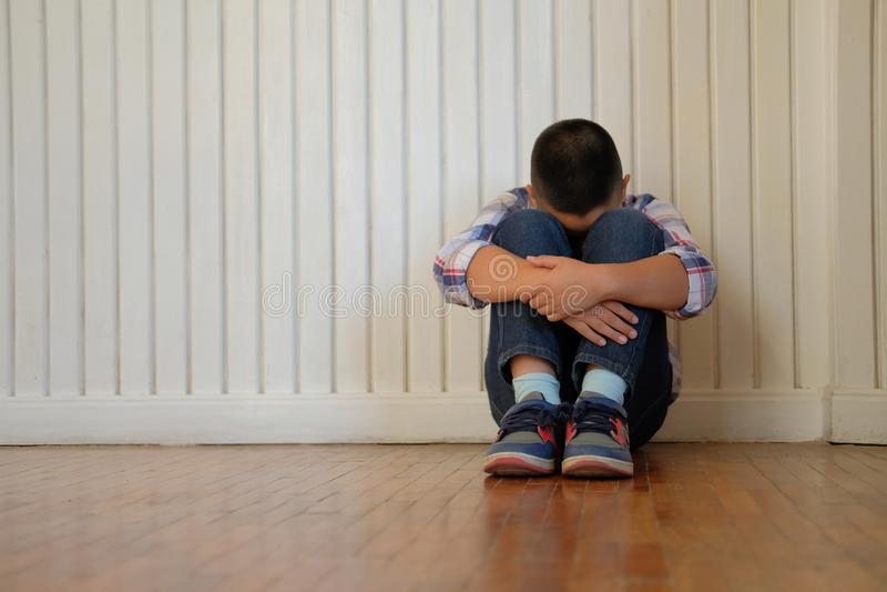 Jungen-Kinderkinder des deprimierten Umkippens traurige asiatische Kinder, dieauf floo sitzen stockfotografie
