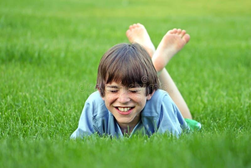 Jungen-Lachen lizenzfreies stockbild