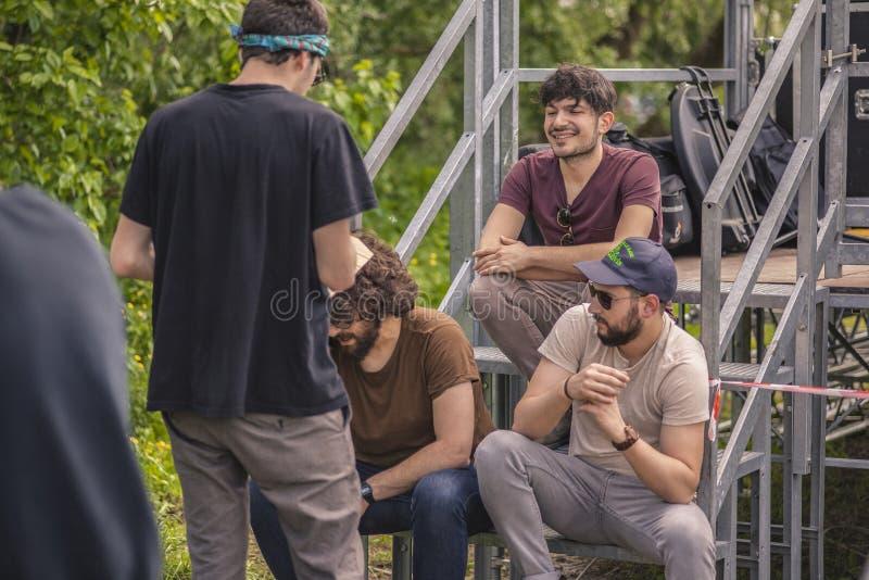 Jungen lachen und scherzen, sitzend auf der Treppe lizenzfreies stockbild
