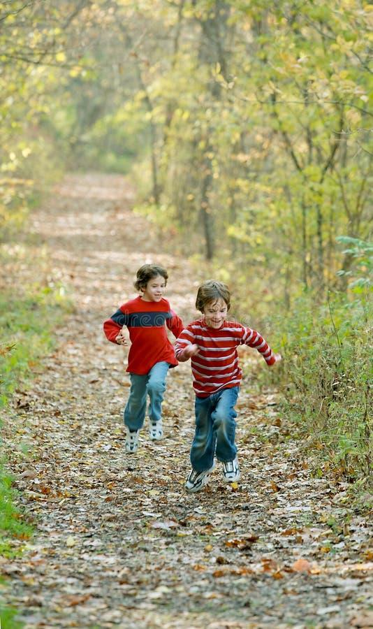 Jungen-Laufen lizenzfreies stockbild