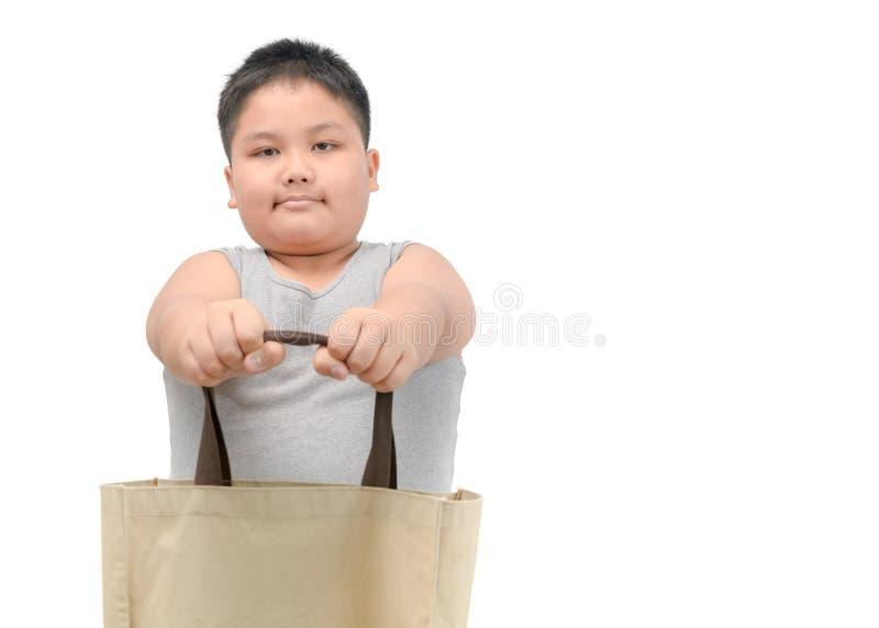 Am Jungen lokalisierte das Geben der Segeltucheinkaufstasche stockbilder