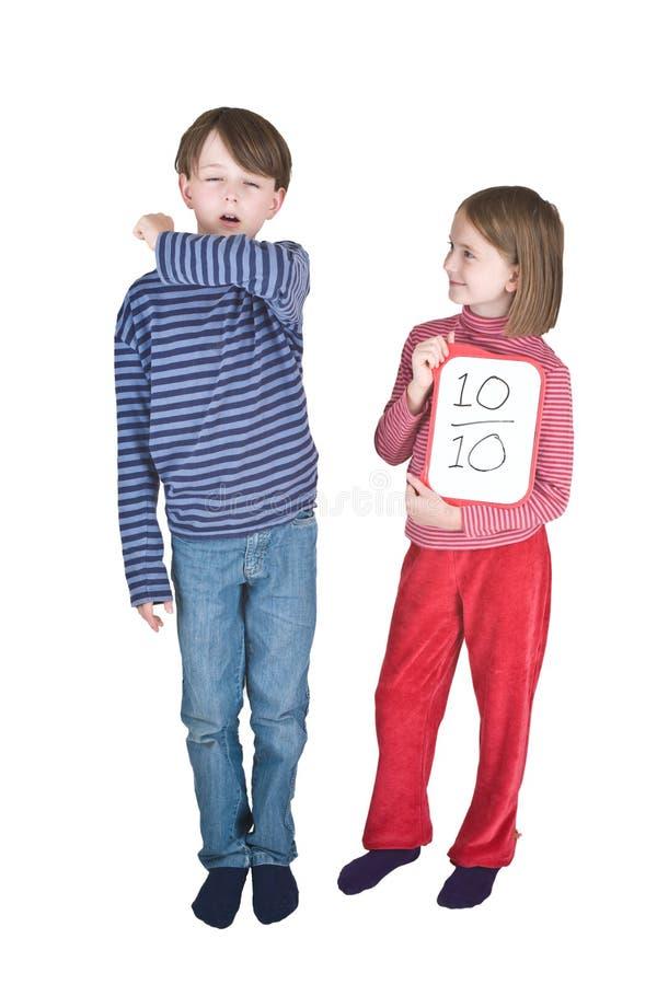 Jungen-Mädchen-Grippe-Niesen-Winkelstück lizenzfreie stockbilder