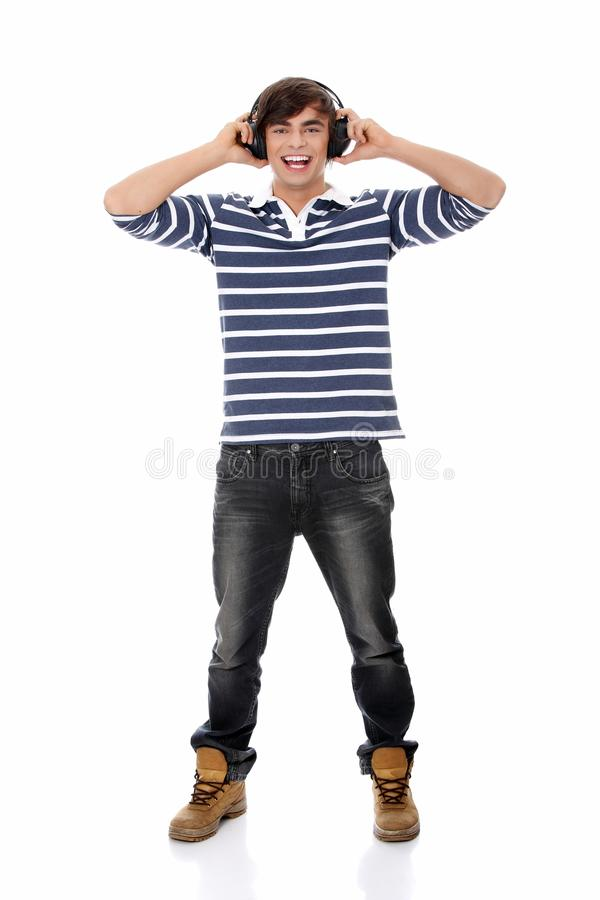 Jungen Mannes, der mit Kopfhörern singt. stockbild