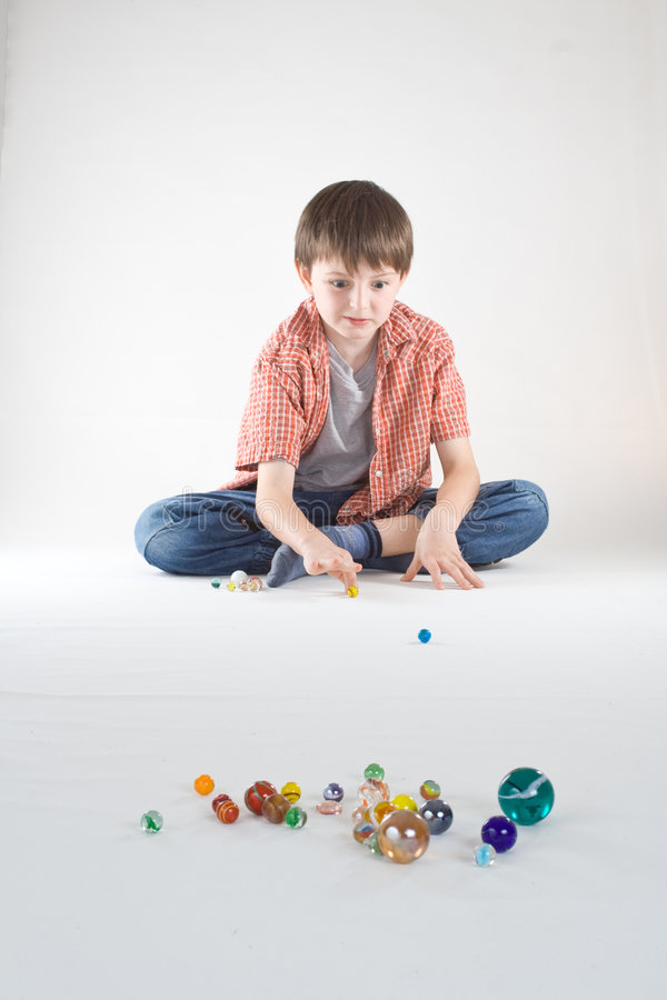 Jungen-Marmorspiel stockfotografie