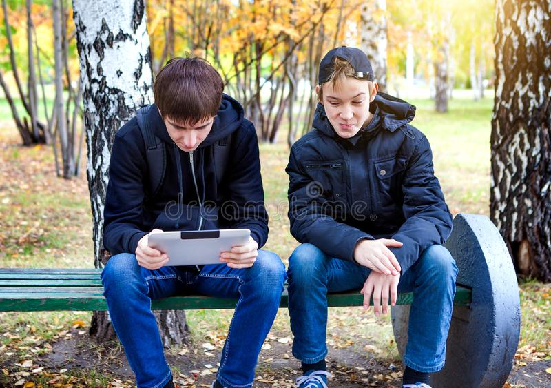 Jungen mit einem Tablet im Freien stockbilder
