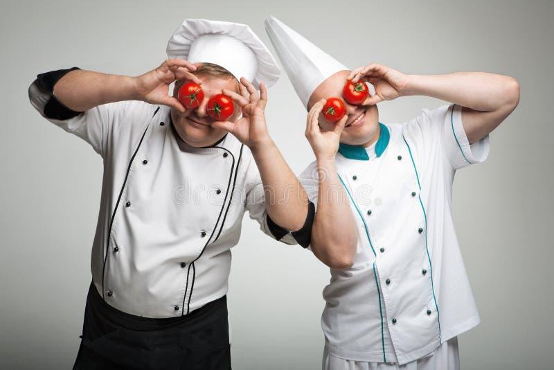 Jungen mit einer Tomate lizenzfreie stockbilder