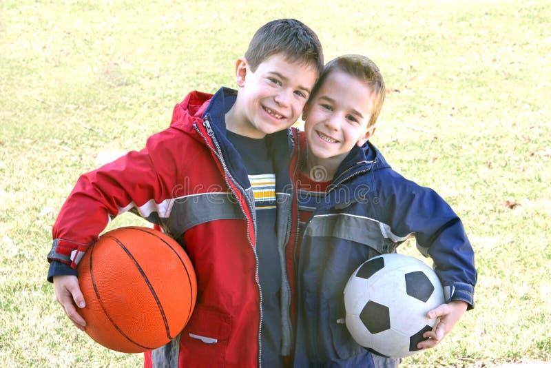 Jungen mit Sport-Kugeln lizenzfreies stockfoto