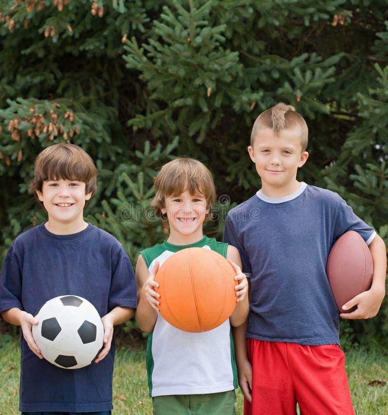 Jungen mit Sport-Kugeln lizenzfreie stockfotos