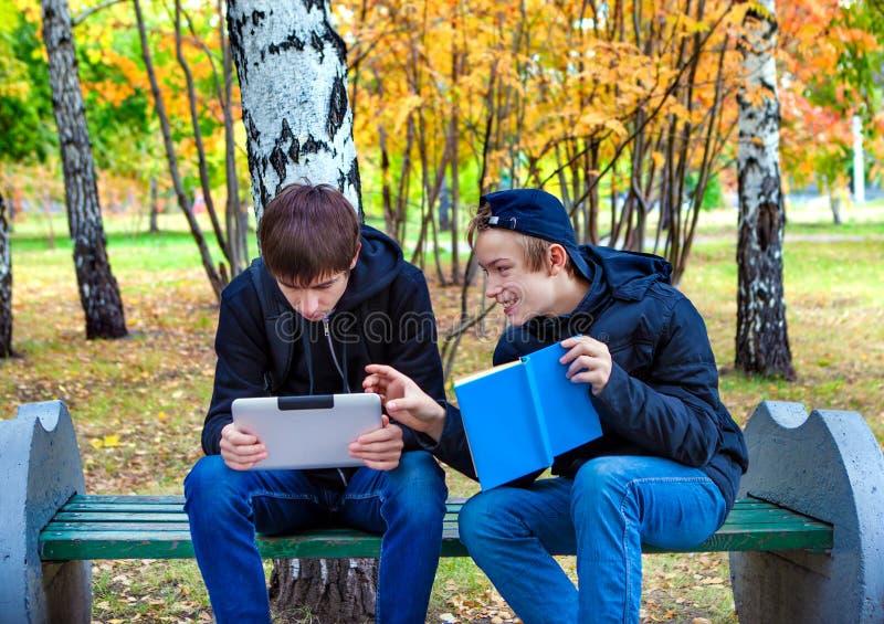 Jungen mit Tablet und einem Buch stockfotos