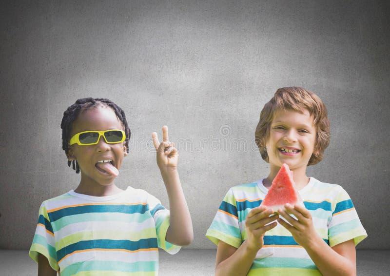 Jungen mit Wassermelone und Sonnenbrille vor grauem Hintergrund vektor abbildung
