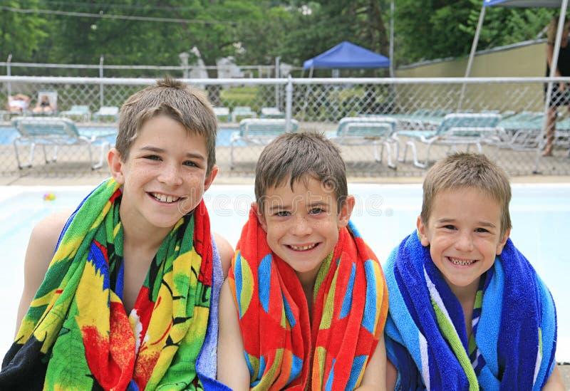 Jungen am Pool stockbild