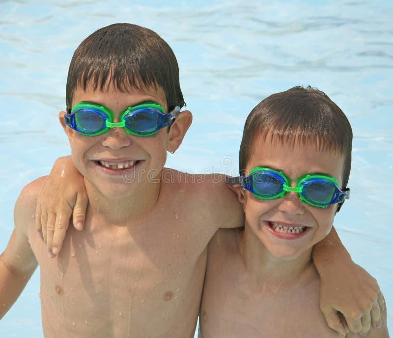 Jungen am Pool stockfotografie