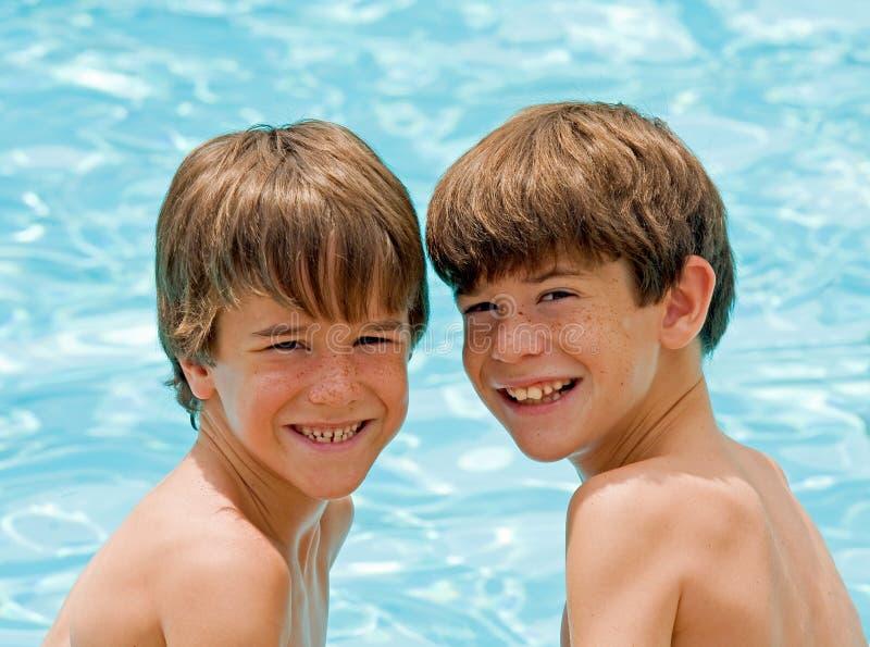 Jungen am Pool lizenzfreie stockbilder