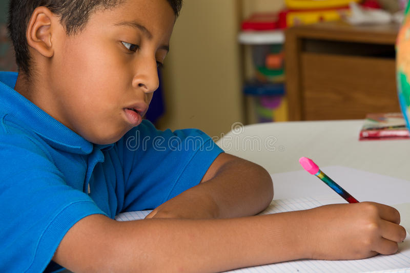 Jungen-Schreiben stockbild