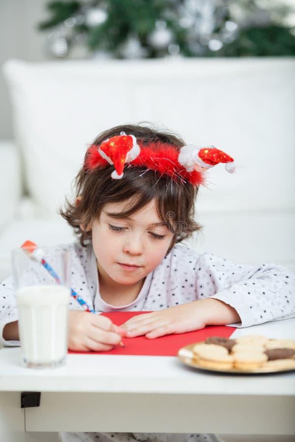 Jungen-Schreibens-Buchstabe zu Santa Claus stockfoto