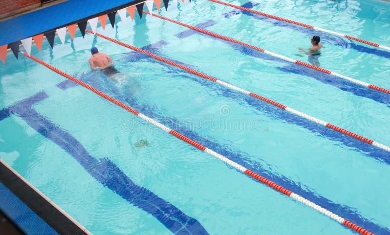 Jungen-Schwimmen stockfotografie