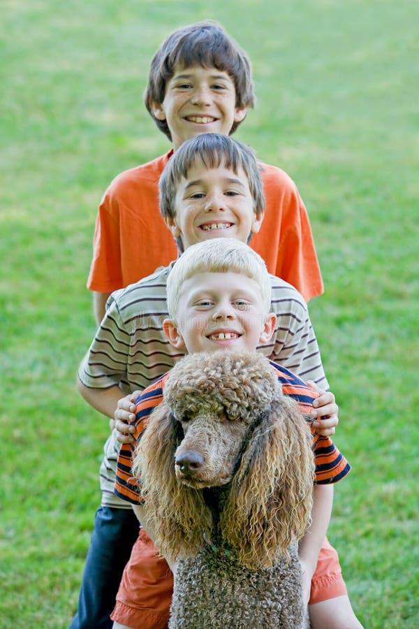 Jungen-Spielen stockfotografie