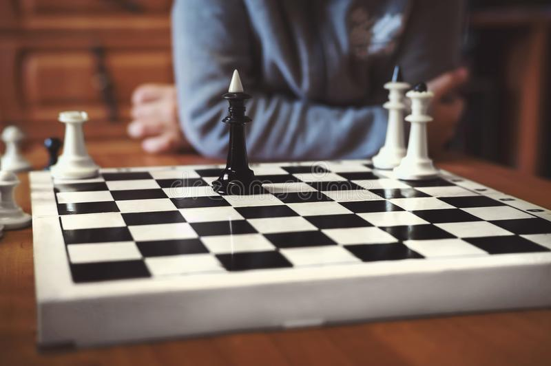 Jungen spielen Schach lizenzfreie stockbilder