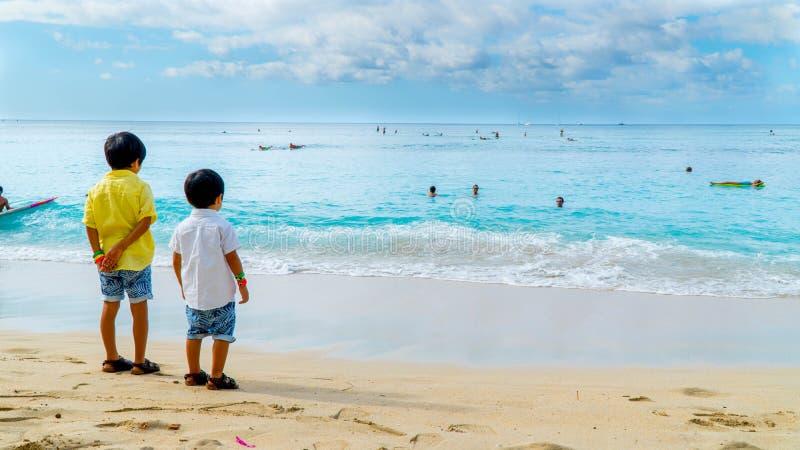 Jungen am Strand stockfoto