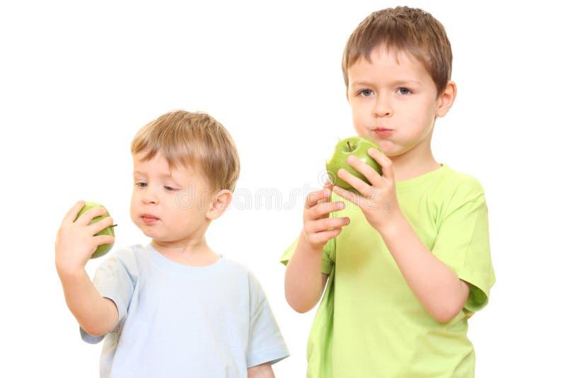 Jungen und Äpfel stockfoto