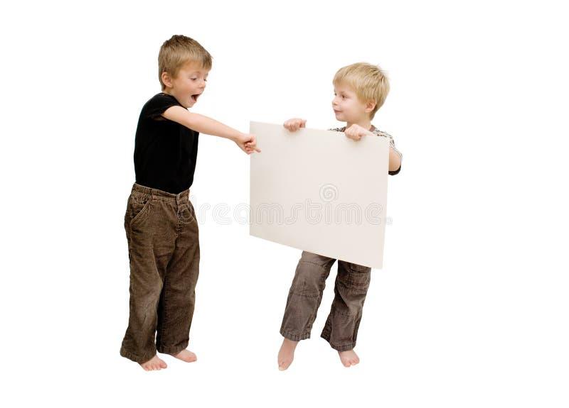 Jungen und ein unbelegtes Zeichen. stockfoto