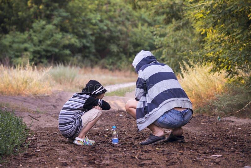 Download Jungen- Und Frauenflaschen Wasser Stockbild - Bild von pfad, junge: 96931093