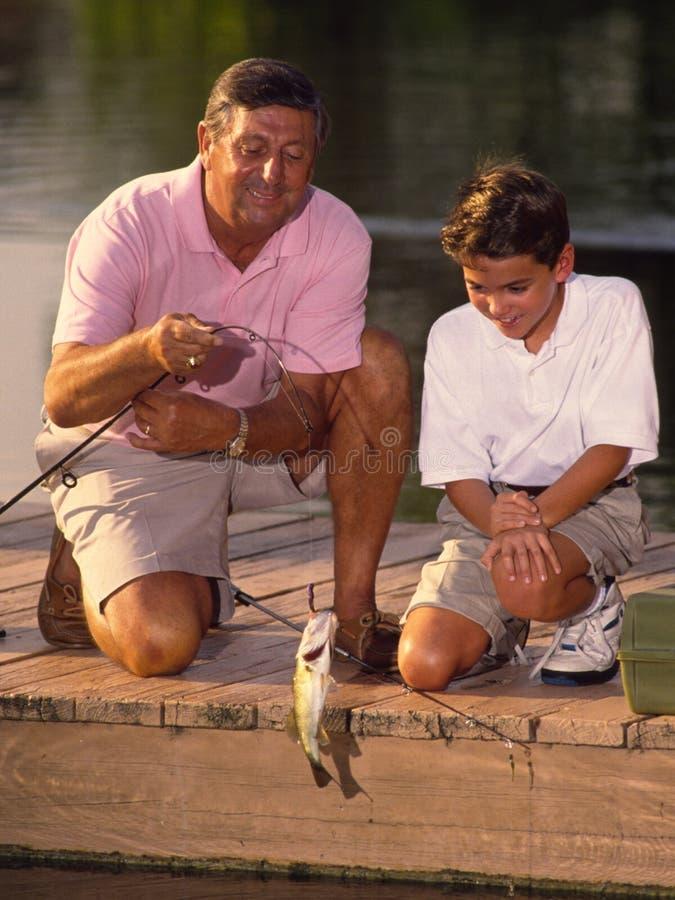 Jungen-und Großvater-Fischen stockbilder