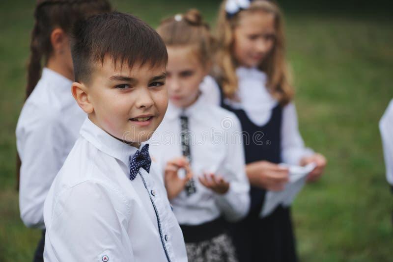 Jungen und Mädchen in der Uniform draußen lizenzfreies stockbild